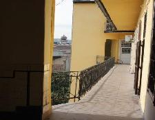 Ferielejlighden i Budapest ligger i en ældre bygning med udendørs opgang
