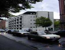 Lejlighederne i Husumgade ligger i et stort, hvidt lejlighedskompleks